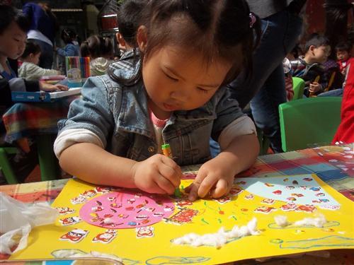 """幼儿园举行了第三届"""" 创意杯"""" 美术大赛,经过40分钟的绘画,小朋友都"""
