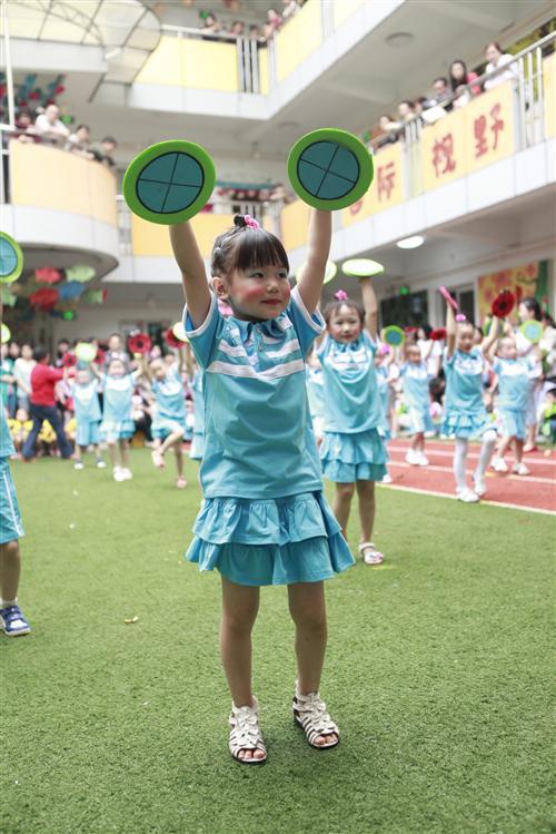 > 幼儿园动态  9点整,孩子们举着班牌,迈着整齐的步伐,喊着响亮的