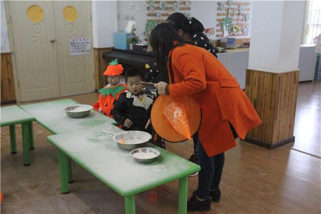家长和宝宝们一起参与了幼儿园内设置的9项活动,宝宝们可开心了