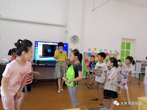 在幼儿园孩子们通过有趣的活动和游戏,词汇量和句子量的积累一直在递